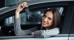 Frau auf dem Fahrsitz hält ihren Autoschlüssel in der Hand, zeigt dass der Schlüsseldienst Berlin auch Autotüren trotz abgebrochenen Autoschlüssels öffnen kann