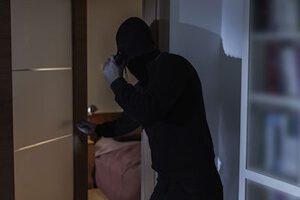 Einbrecher betritt Zimmer als Symbol für den Schlüsseldienst in Berlin auch nach einem Einbruch
