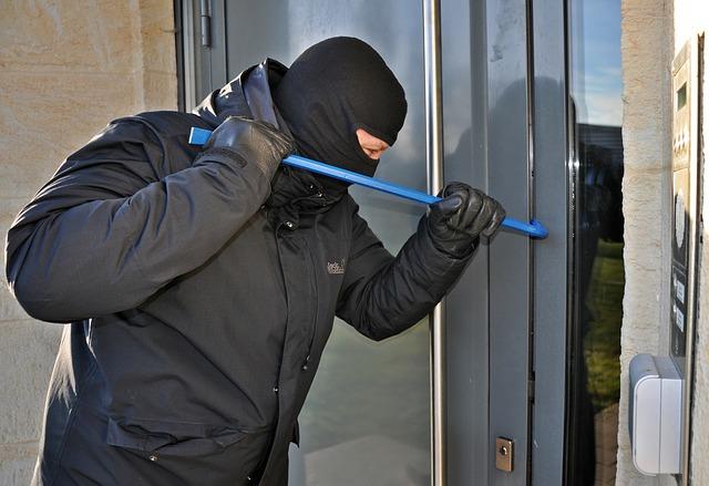 tuer-und-fenstersicherung-berlin-potsdam-elektronische-tuer-einbrecher-tuer-aufbrechen